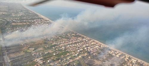 Inferno di fuoco a Catania, tre villaggi turistici evacuati (uno distrutto): cittadini soccorsi dalla Guardia Costiera – FOTO e VIDEO