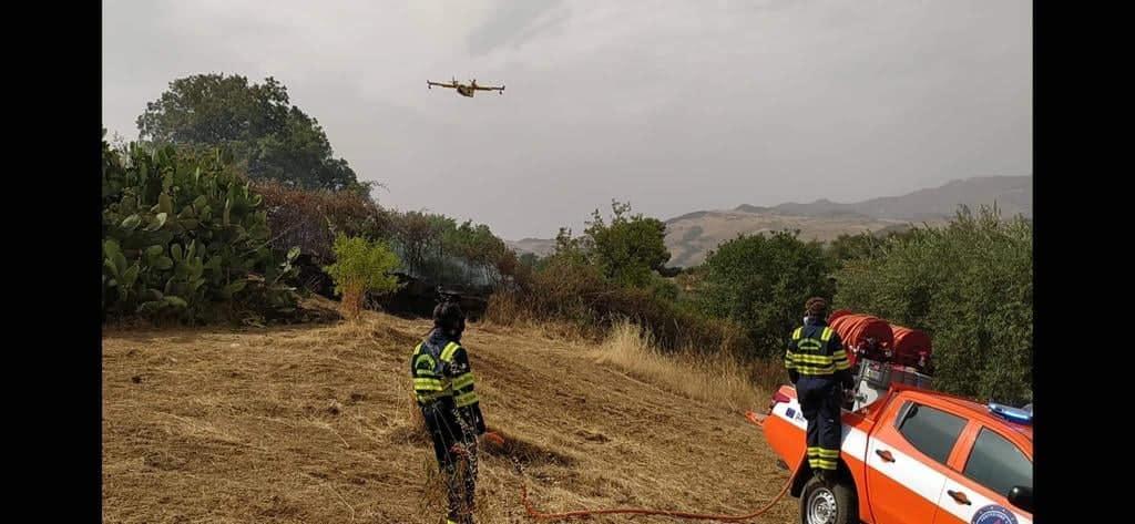 Incendi in Sicilia, volontari aiutano Forestale e vigili del fuoco: interventi anche nel Trapanese – FOTO