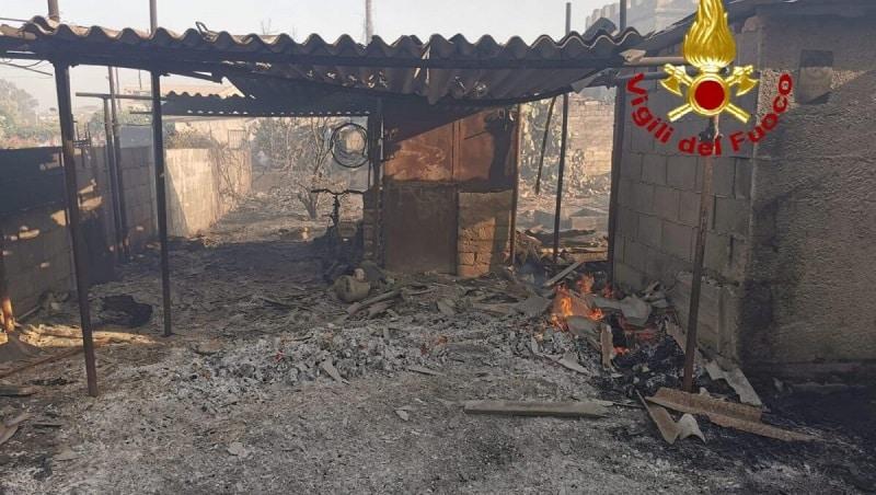 Non solo Catania, giornata di fuoco anche a Siracusa. Incendi da nord a sud: donna intrappolata in una villetta