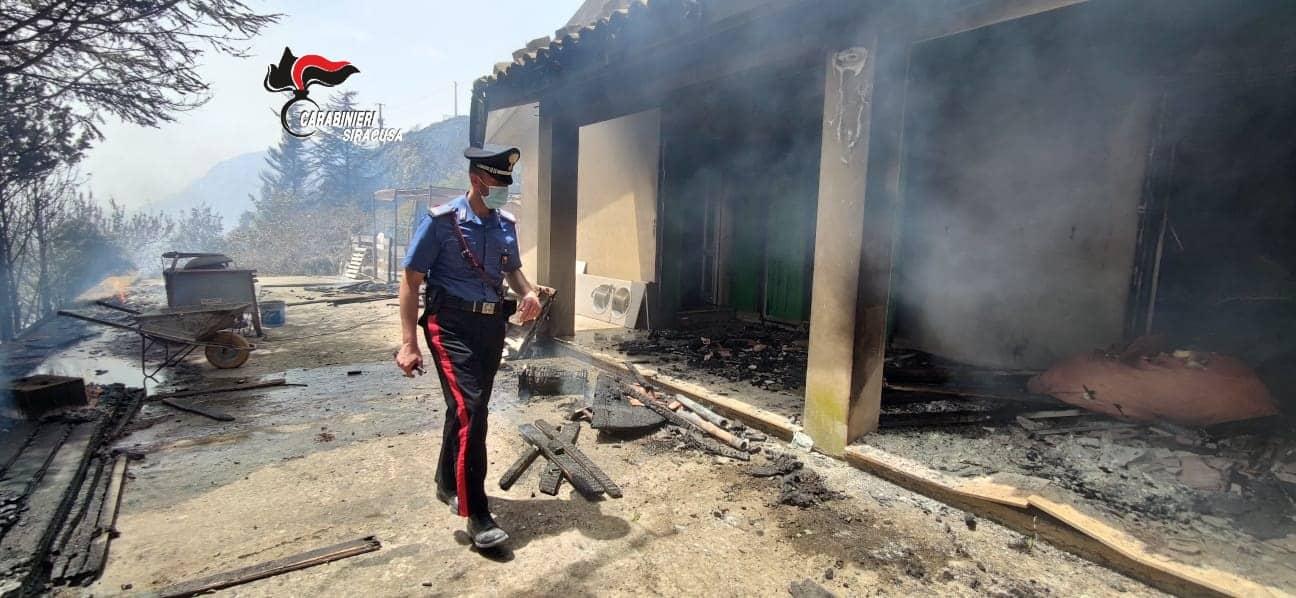 Bruciano diversi ettari di macchia mediterranea: abitazioni evacuate, una distrutta dalle fiamme – FOTO