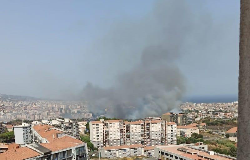 Inferno a Catania, interno quartiere in fiamme. Famiglie evacuate, bambini per strada: 70 richieste in tutta la provincia