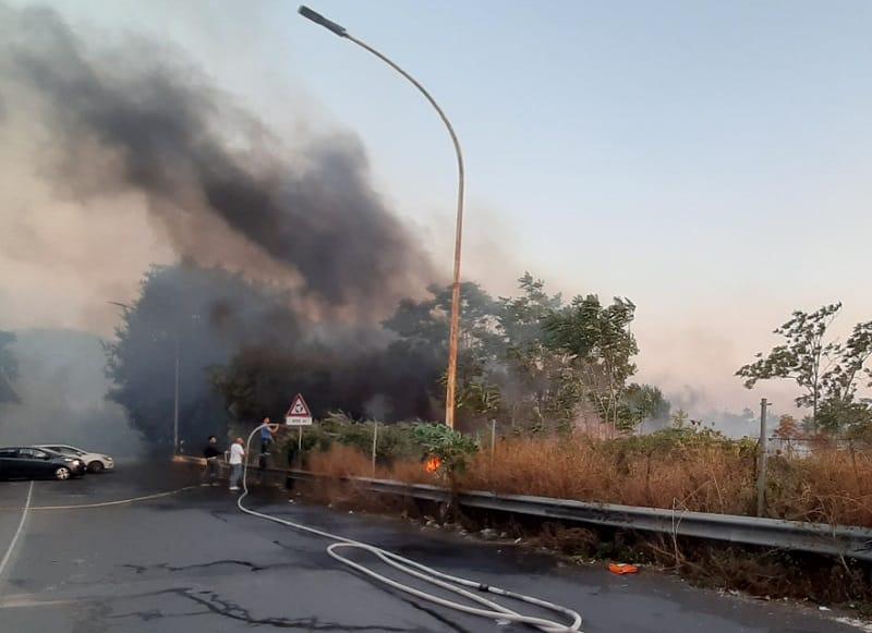 Dal centro ai Paesi Etnei, incendi a Gravina di Catania. Le immagini delle fiamme e delle esplosioni, le parole del sindaco