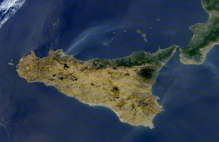 Sicilia massacrata dagli incendi, la foto della NASA fa paura: le colonne di fumo viste dallo spazio