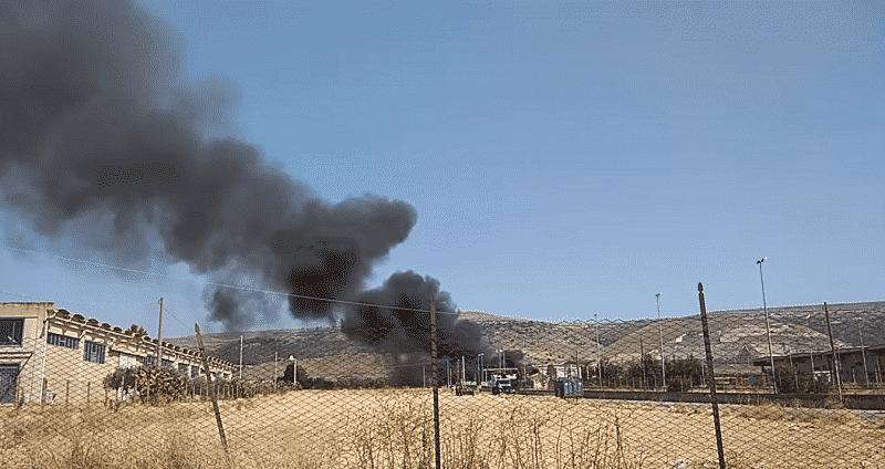 Colonna di fumo nero, in fiamme centro raccolta rifiuti voluminosi: tre squadre di pompieri sul posto