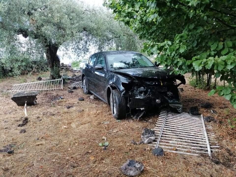 Terribile incidente nel Catanese, auto fuori strada abbatte un muro: grave un passeggero – FOTO