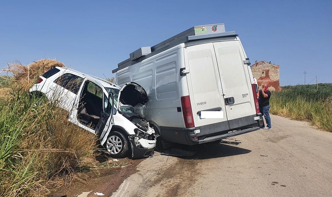Terribile scontro auto-furgone, due persone rimangono ferite: disposto il trasporto in ospedale