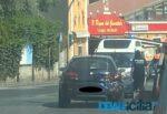 Incidente in via Passo Gravina, furgoncino contro Alfa: feriti e traffico bloccato