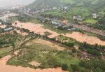Massi crollano dalla montagna e travolgono auto, morti 9 turisti: frana causata dalle piogge