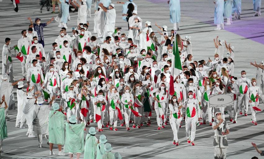 Tokyo 2020, il cerchio tricolore sulle divise disegnate da Armani fa discutere: ecco il perché di questa scelta