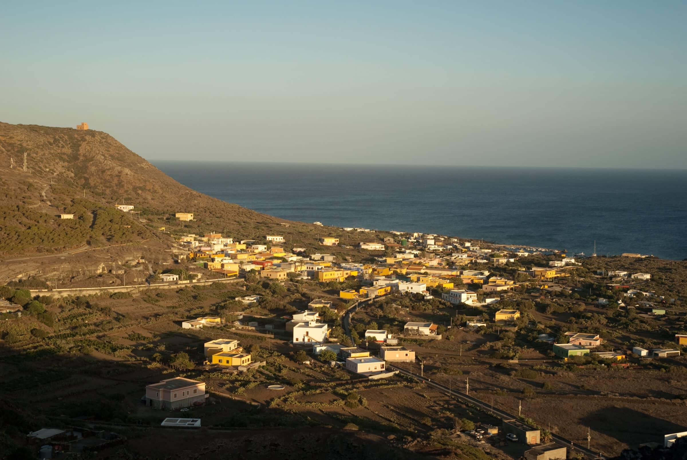 Perde il controllo dell'auto e finisce in mare: paura per un turista 86enne