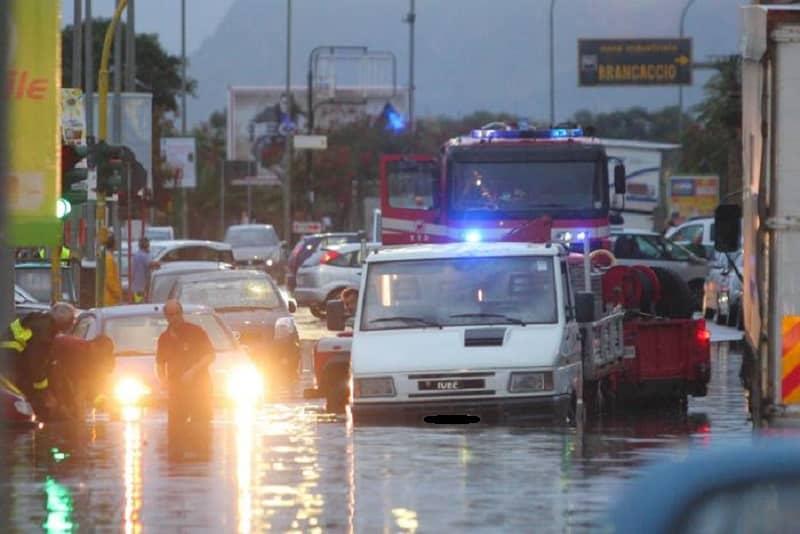 """Maltempo in Sicilia, Palermo """"in ginocchio"""". Nubifragio nella notte: 27 automobilisti soccorsi"""