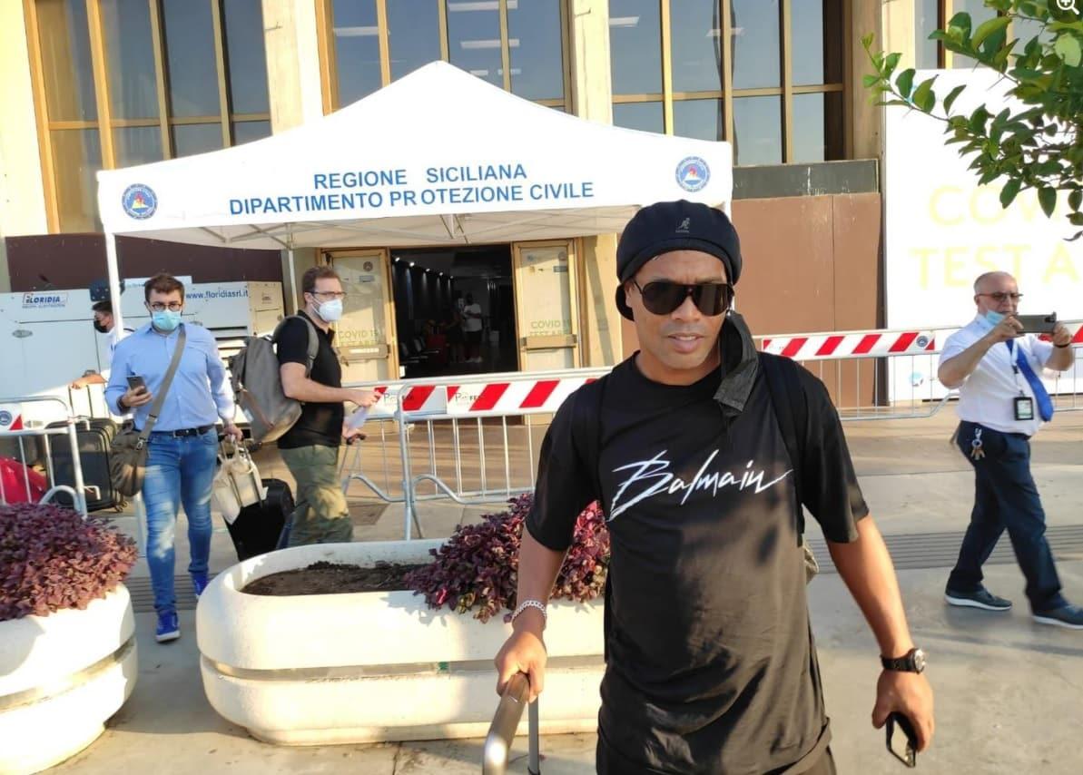 Ronaldinho arriva in Sicilia, l'ex stella di Barcellona e Milan sarà premiata a Taormina