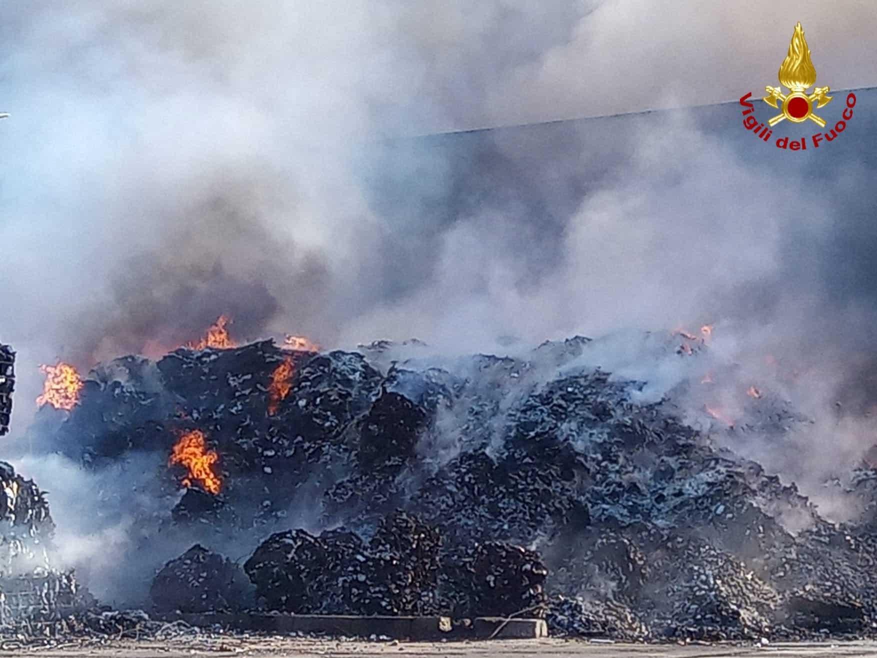 Incendio in provincia di Catania, colpiti capannone e aree esterne: le IMMAGINI dello spegnimento – FOTO e VIDEO
