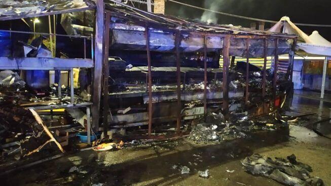 Paura nella notte, a fuoco camion dei panini: vigili del fuoco evitano il peggio, indagini in corso