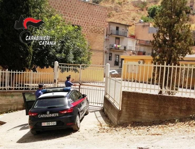 """Fratelli del Catanese rubano un climatizzatore, beccati dai militari fingono di dormire: portati """"al fresco"""""""