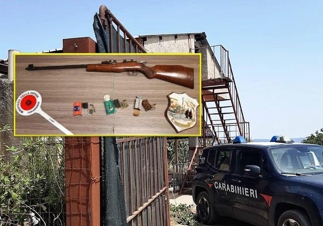 Armi clandestine e cartucce in casa, 57enne del Catanese arrestato