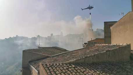 Gli incendi divorano la Sicilia, maxi rogo nella notte fino al Corso Sicilia: c'è chi dorme fuori casa – IL VIDEO