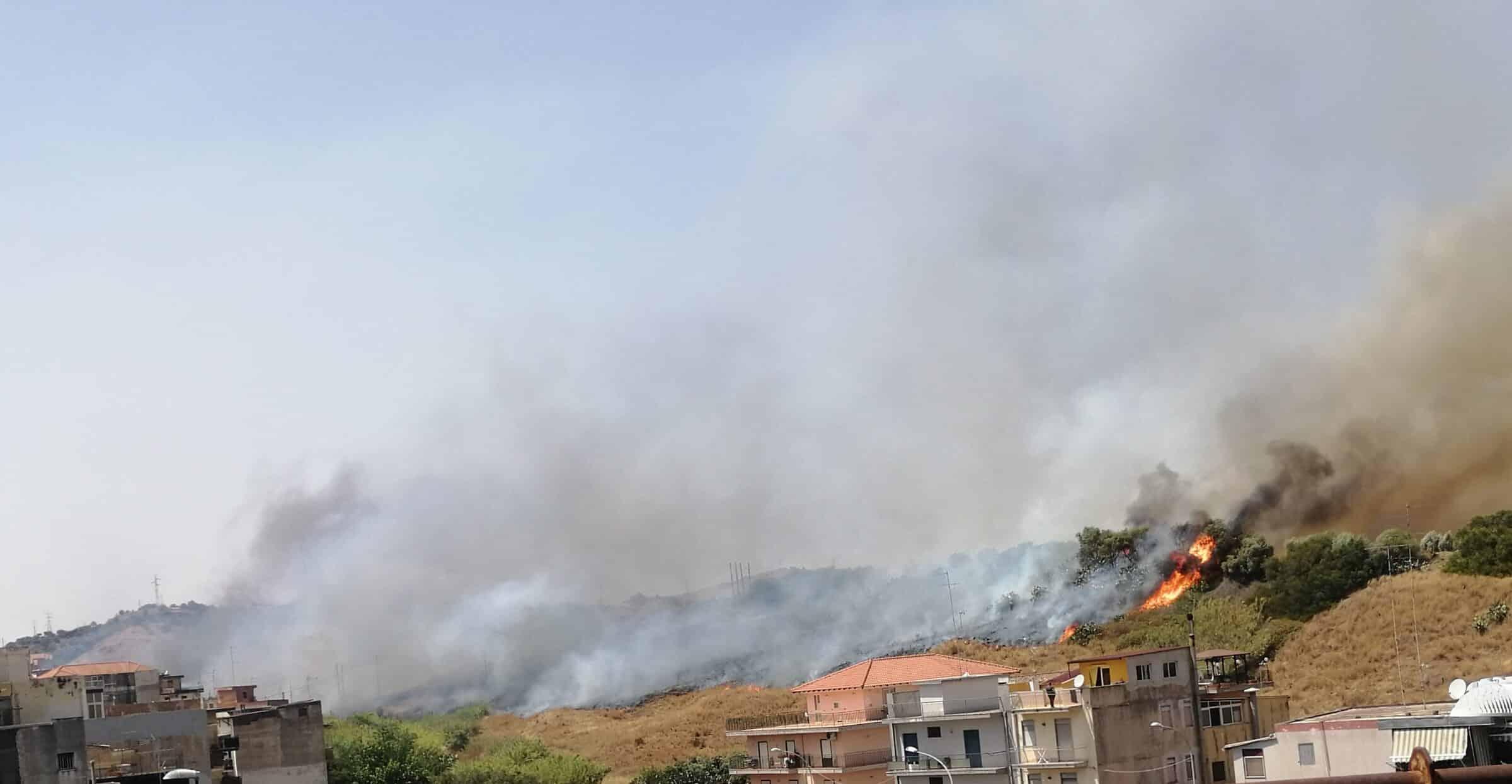 Catania avvolta dalle fiamme, incendi divorano interi quartieri: il comitato Romolo Murri chiede soluzioni adeguate