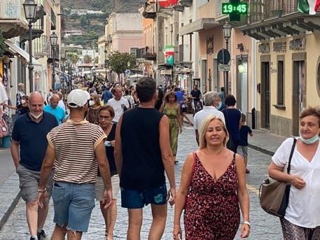 Sicilia, contagi in aumento ma non si arresta la voglia di viaggiare: boom di turisti nelle Isole Eolie