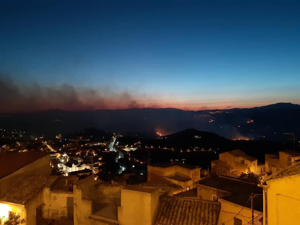 """Maxi incendio ad Agira, centinaia di ettari in fiamme: """"Sembrava un inferno, faceva paura"""" – FOTO"""