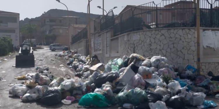 Anziane bloccate a casa dai rifiuti nell'Agrigentino, urge un intervento mirato dell'amministrazione