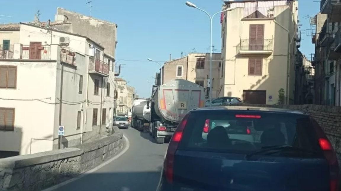 Tir in fiamme lungo la A19 Palermo-Catania, disagi per il traffico: automobilisti infuriati