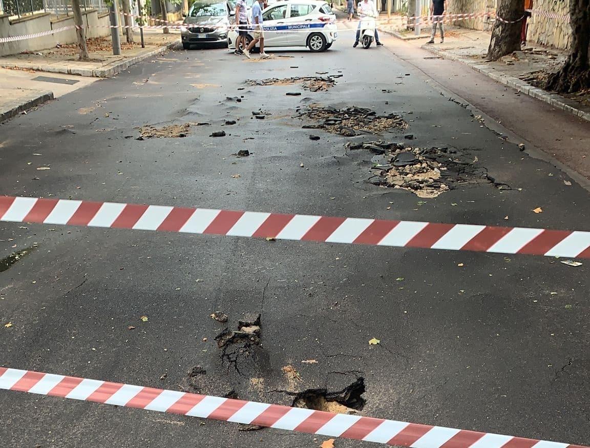 Nubifagio a Palermo e dintorni, inizia la conta dei danni: tubo si solleva dal manto stradale, chiuso tratto interessato