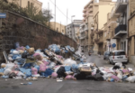 Emergenza rifiuti a Palermo, 300 tonnellate di spazzatura non raccolta: i sacchi bloccano le macchine in strada