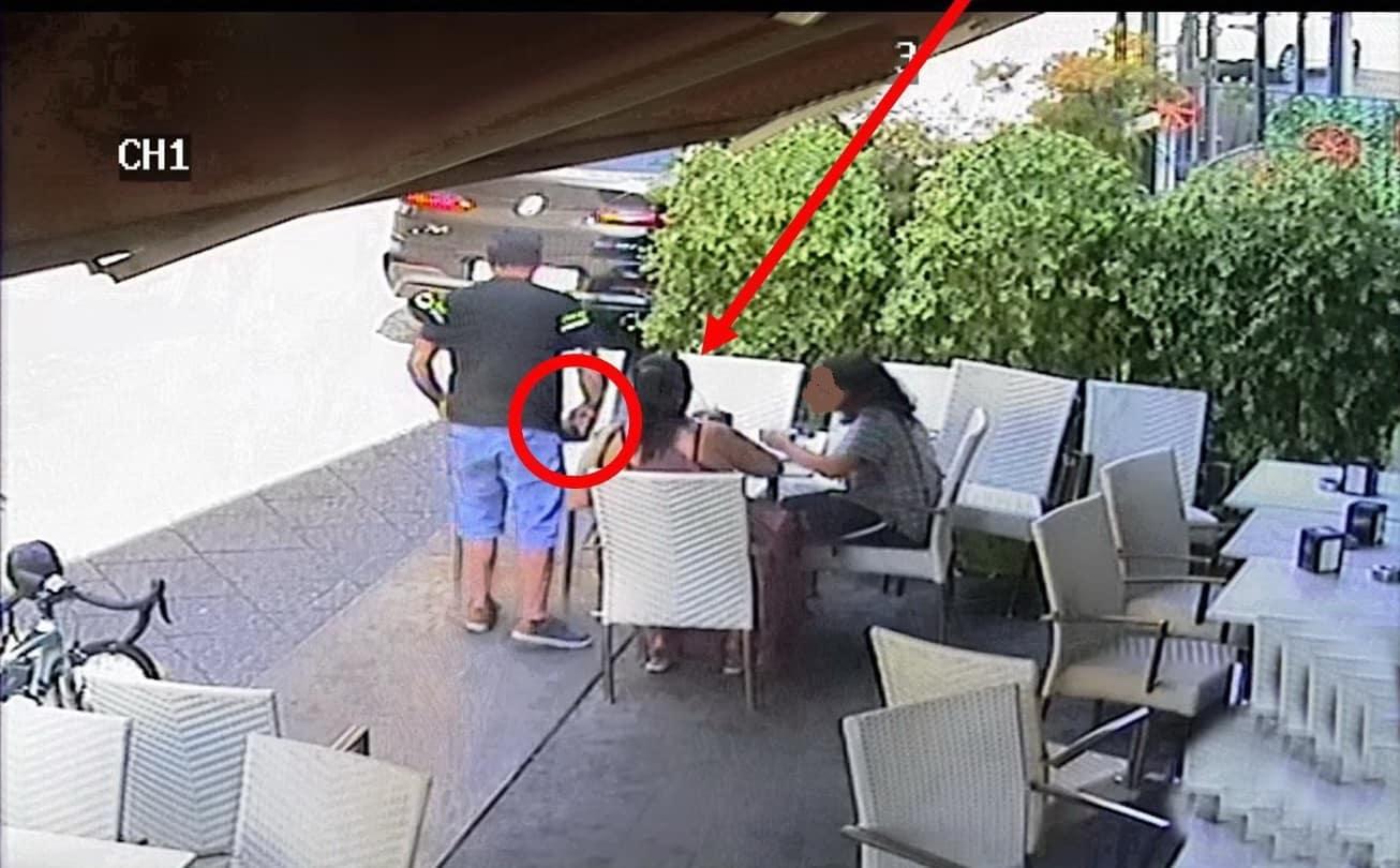 """Borsa dimenticata al bar, coppia osserva la scena e ruba il portafogli: """"traditi"""" dalle telecamere"""