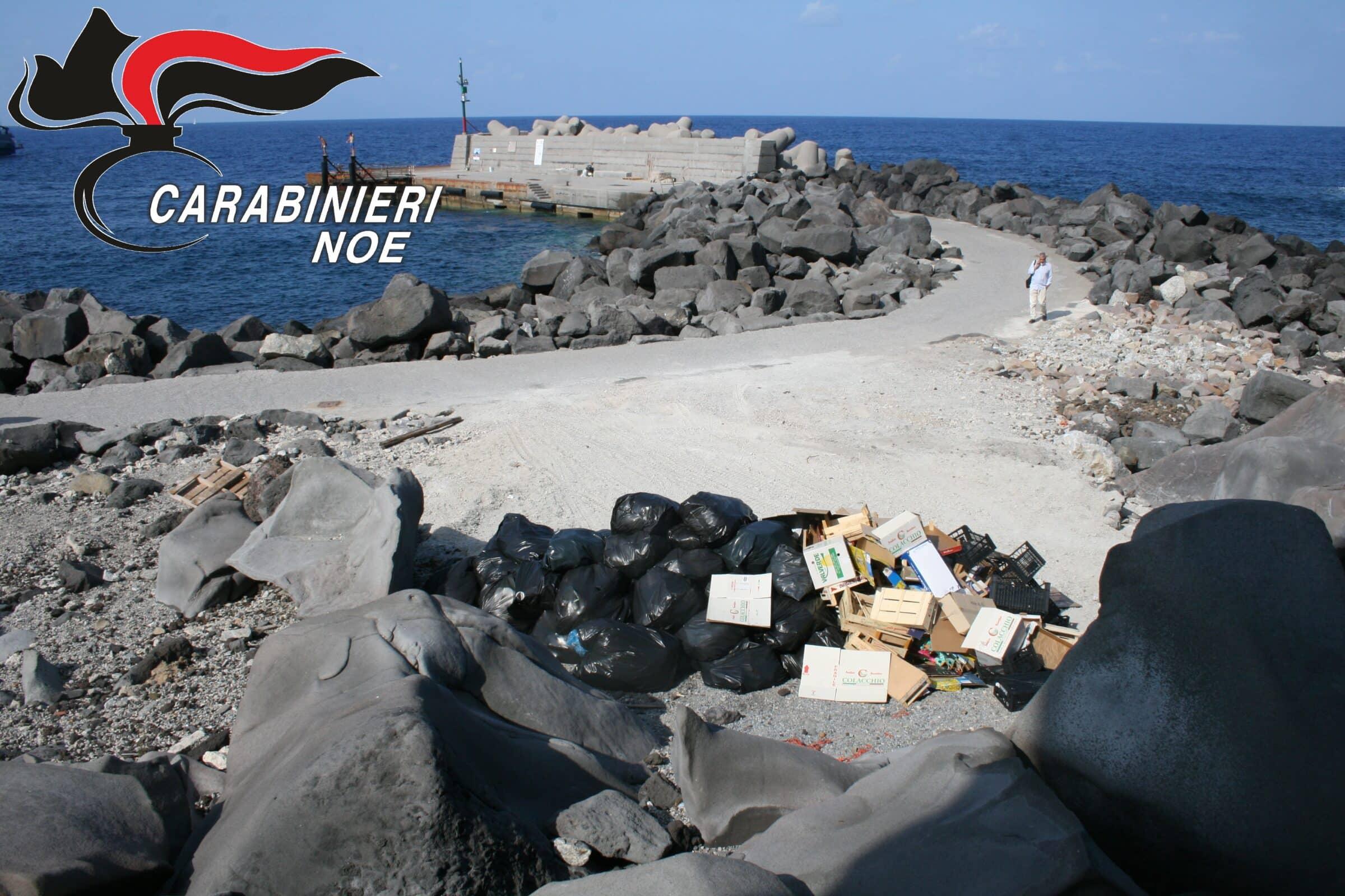 Turisti in Sicilia accolti dalla spazzatura, scoperte irregolarità nello smaltimento: sequestrata l'area – FOTO