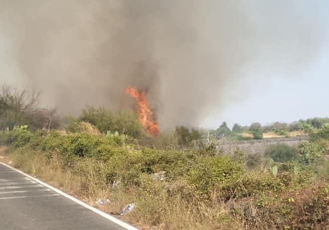 Ancora incendi nel Catanese, fuochi accesi in più punti: chiusa la SS 417, traffico deviato