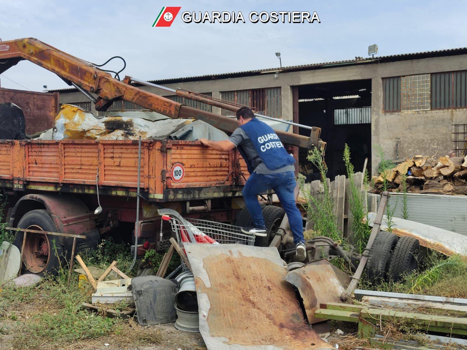 Veicoli, amianto, copertoni e rifiuti: maxi sequestro a Catania, 4 denunciati