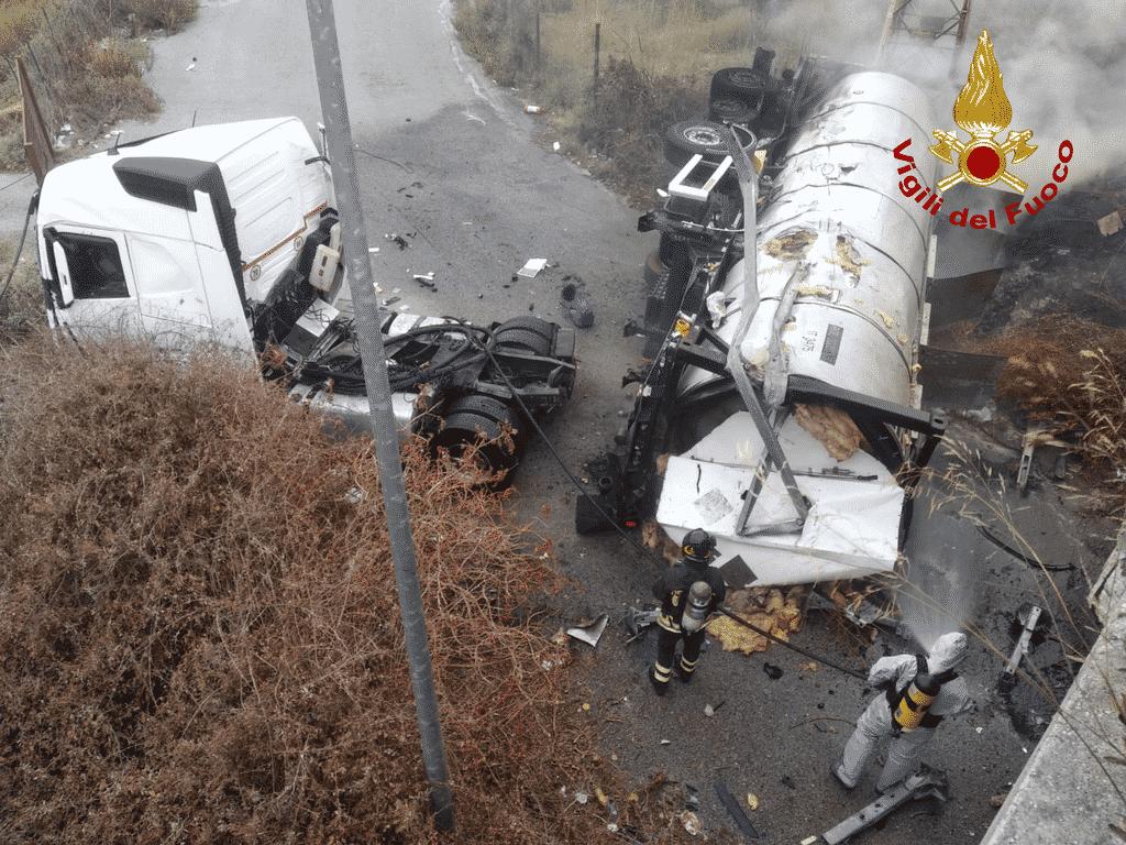 Messina, autocisterna in fiamme: le IMMAGINI dell'intervento dei vigili del fuoco