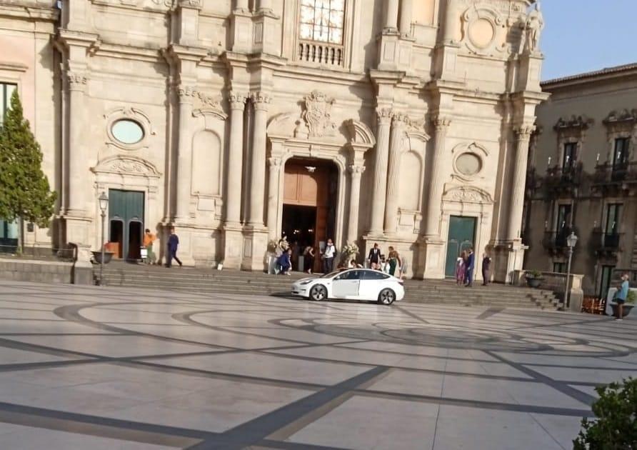 L'auto in piazza Duomo per accompagnare gli sposi: multa al conducente, telecamere attive
