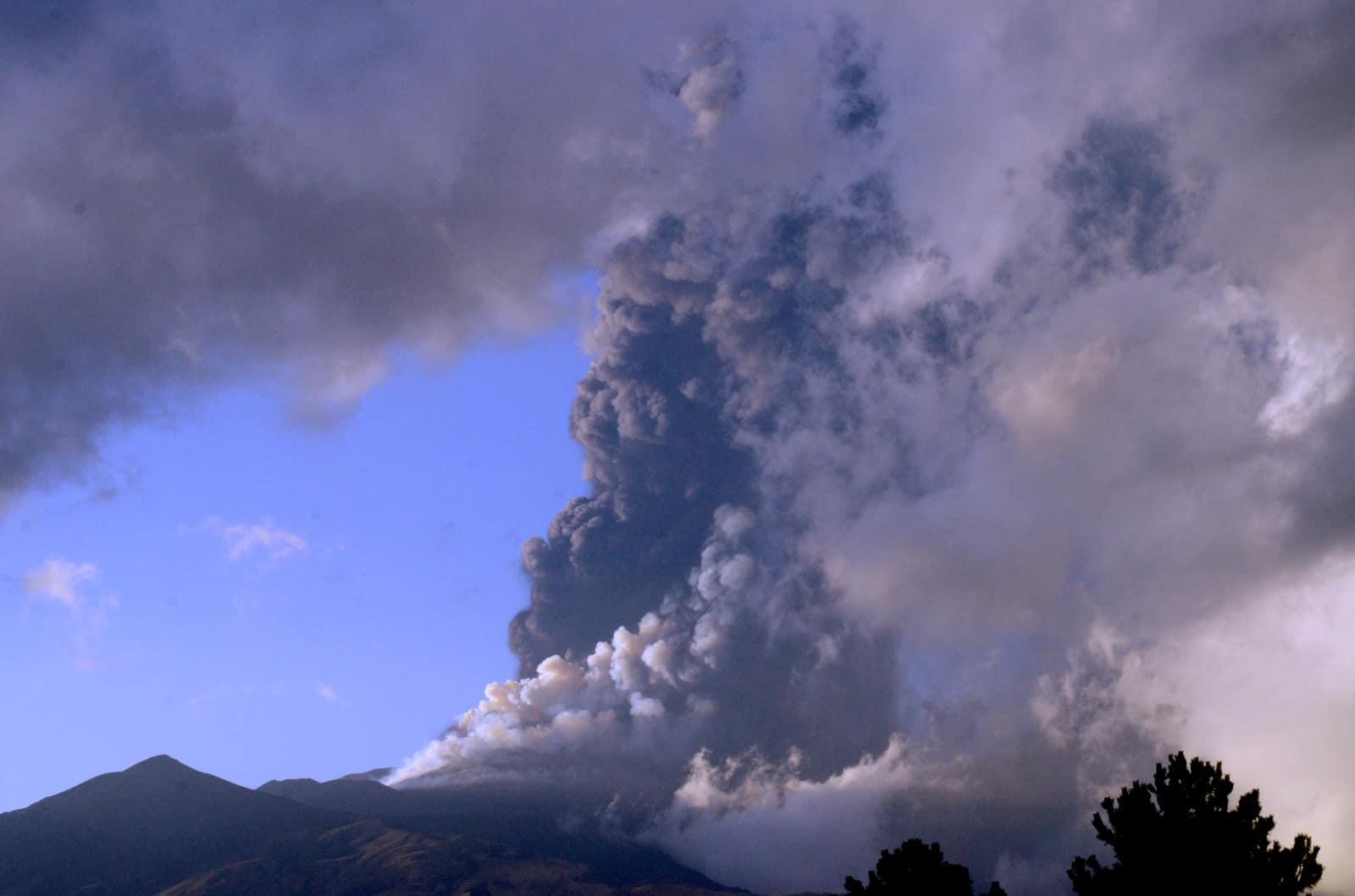 """Cessata l'eruzione dell'Etna, 5 cm di cenere e lapilli come sassi. Musumeci: """"Inizia la conta dei danni"""""""