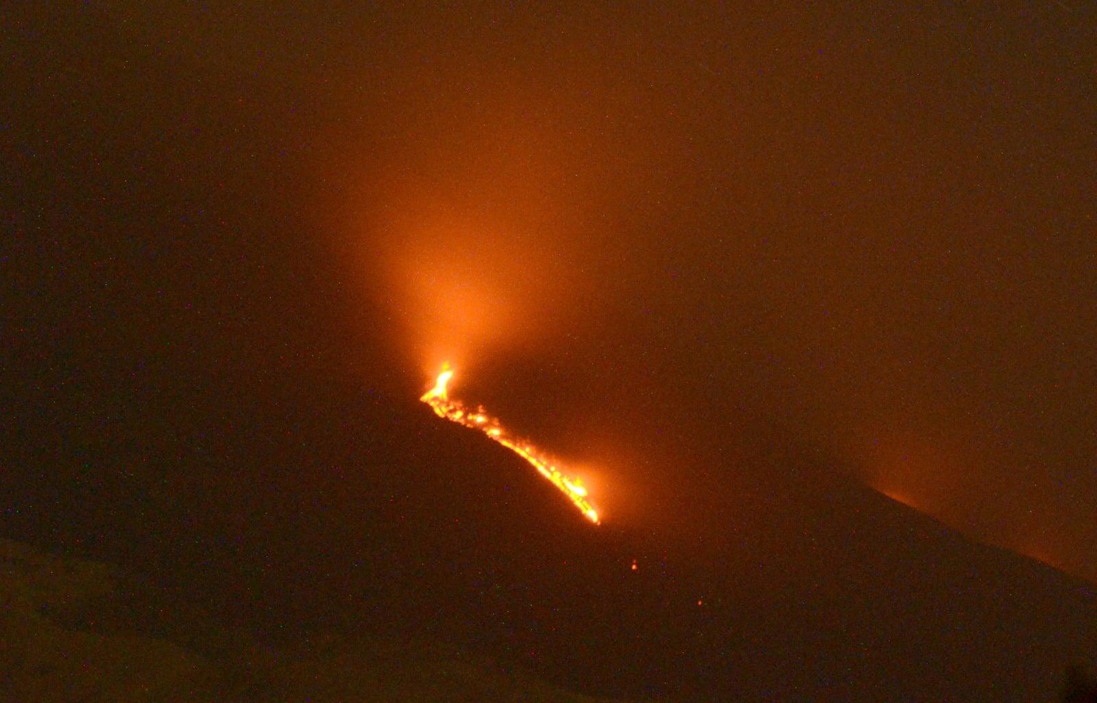 Etna in eruzione, prosegue una debole emissione lavica – Il bollettino Ingv