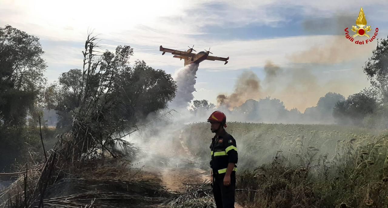 Incendi, la Sicilia tra le regioni più colpite d'Italia: ultimo rogo a Panarea in un Hotel vip