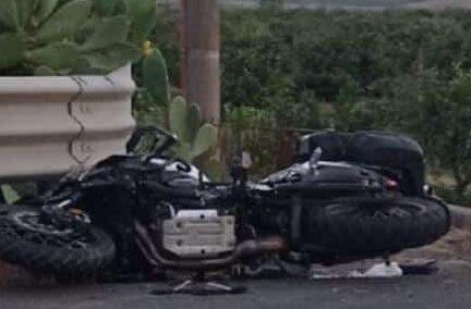 Incidente sulla Catania-Gela, moto contro autocarro: due feriti, centauro in codice rosso