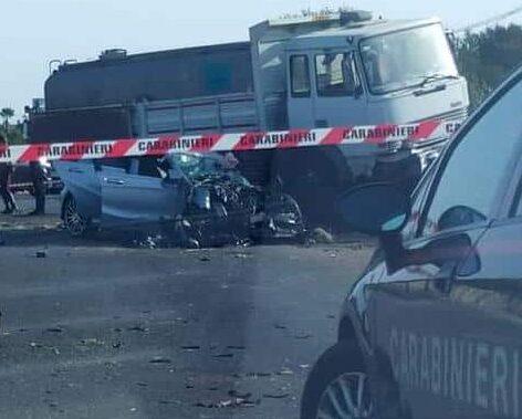 Terribile incidente nel Ragusano, giovane finisce contro un autobotte e muore sul colpo