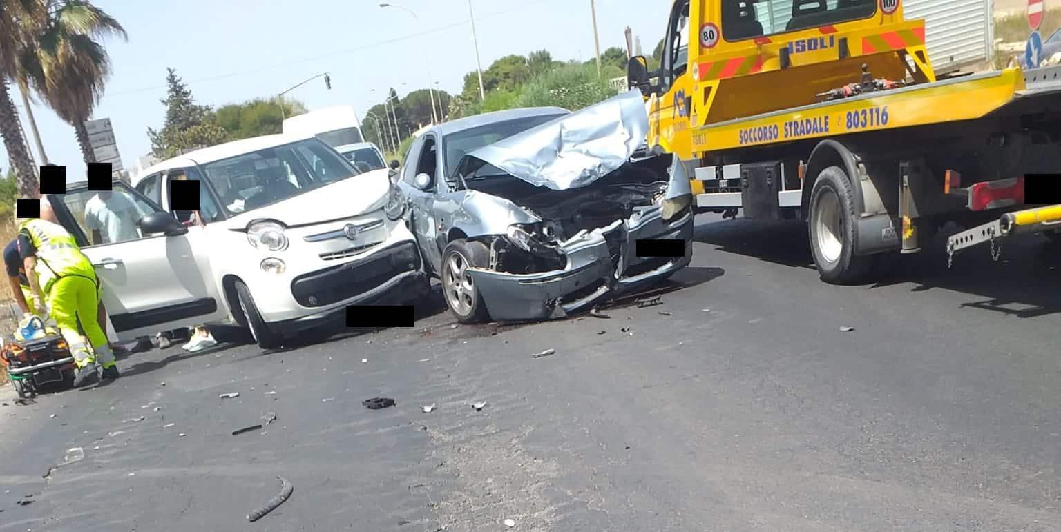 Incidente stradale grave a Vittoria, 3 mezzi coinvolti e 4 feriti: le FOTO