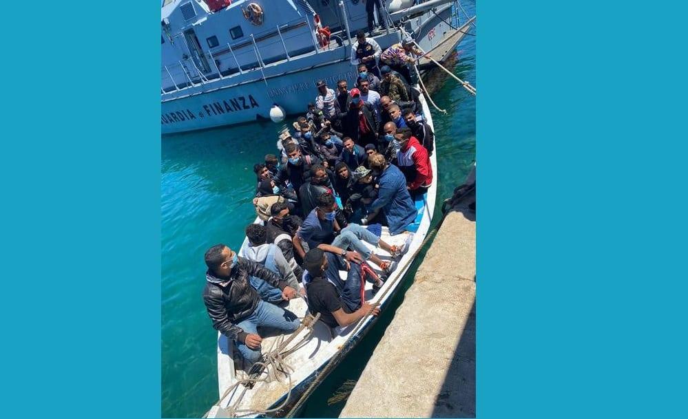 """Emergenza migranti, 424 salvati a Lampedusa. Monsignor Lorefice: """"Questa volta siamo ancora in tempo"""""""