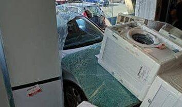 Scene da film in via Kennedy, sfonda la vetrina ed entra con l'auto nel supermercato – Il VIDEO