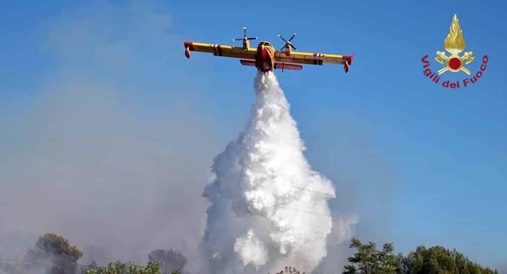 Incendi in Sicilia, canadair a lavoro in diverse province: oltre 800 vigili del fuoco impegnati