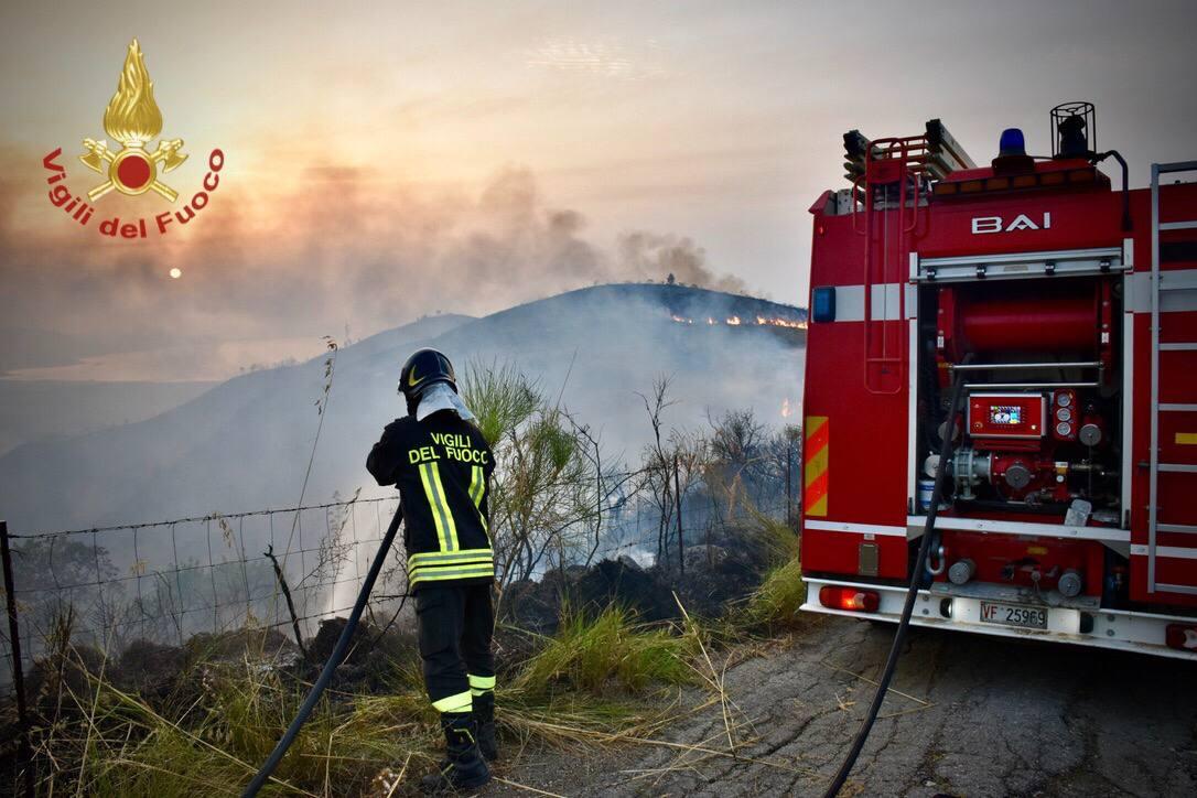 Incendi boschivi, 1.202 gli interventi effettuati ieri dai vigili del fuoco al Centro e al Sud