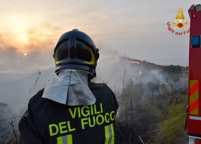 Emergenza incendi in Italia, sono 1.130 gli interventi nelle ultime 24 ore: ancora 5 roghi attivi