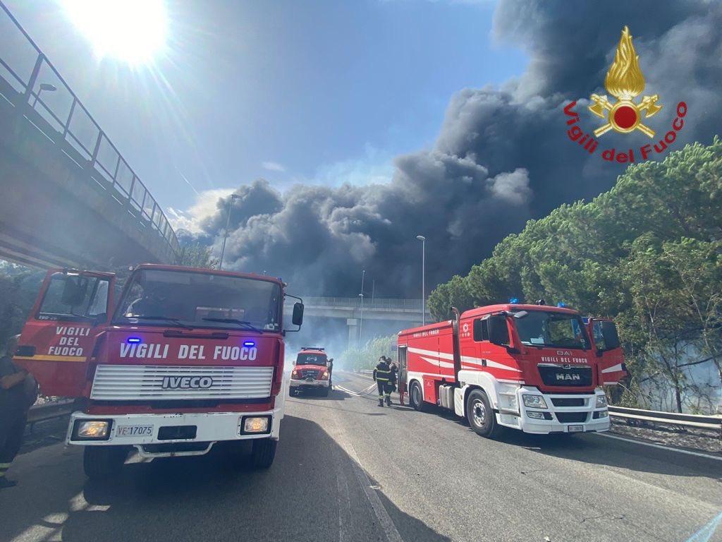 Incendi, continua a bruciare la Sicilia: 658 gli interventi effettuati ieri, aiuti da Genova – I VIDEO