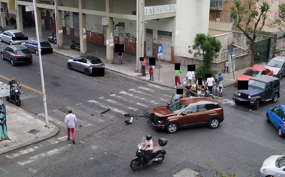 """Catania, incrocio """"della paura"""": sfiorata l'ennesima tragedia. Comitato Vulcania: """"Oltre 50 incidenti in 6 mesi"""" – FOTO"""