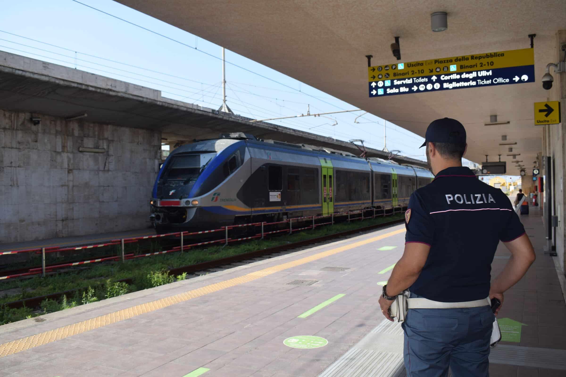 Messina, in treno con 2 Green pass falsi: arrestato per favoreggiamento immigrazione clandestina