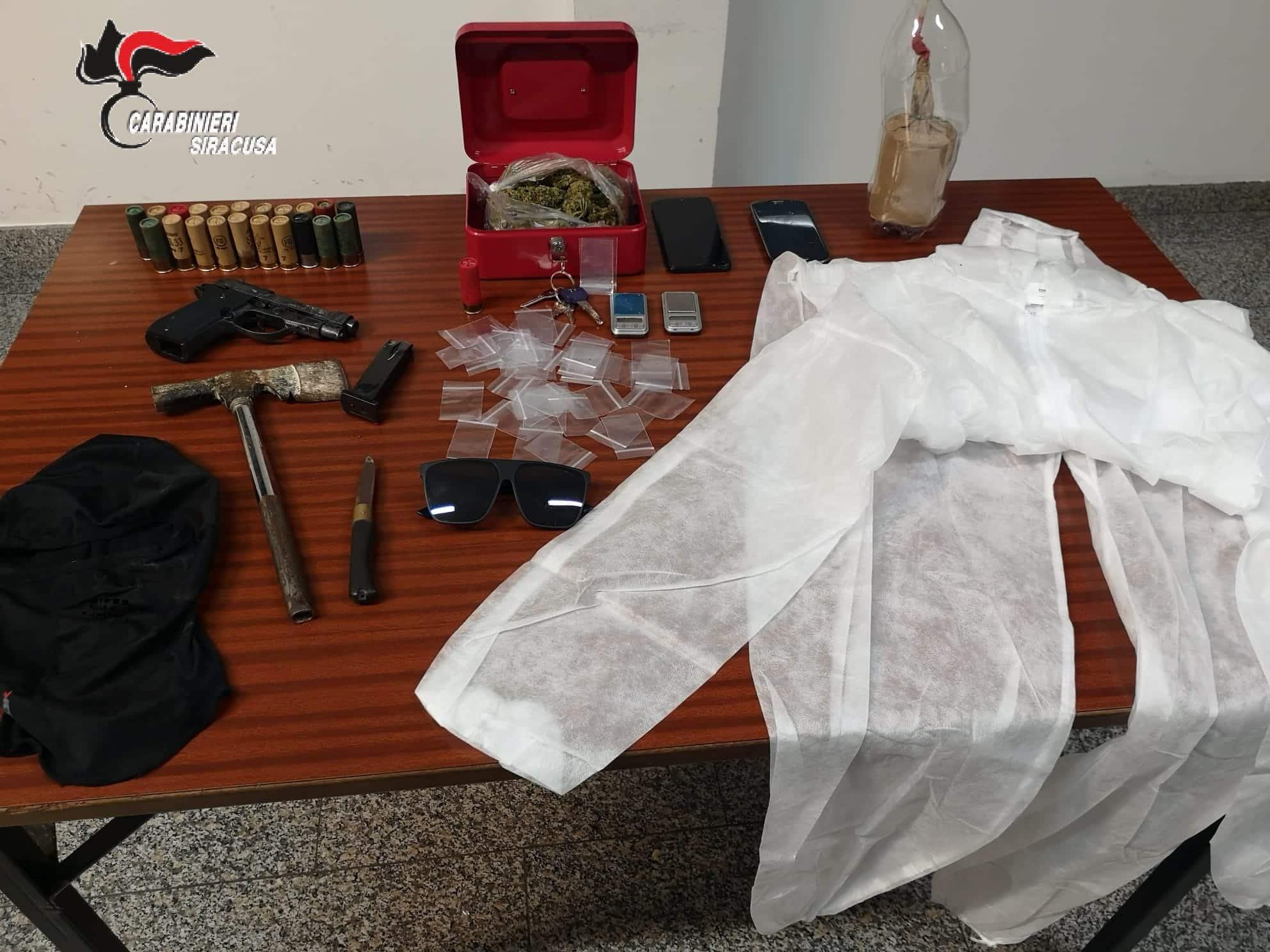 Inseguimento per le vie del centro, due giovanissimi in auto con materiale per rapine e droga