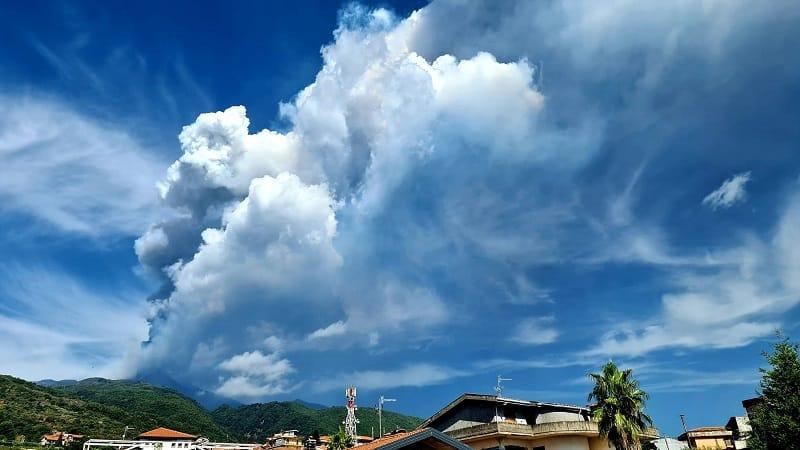 Eruzione Etna: lava e nube eruttiva a 9mila metri, due comuni coinvolti nell'emissione di cenere